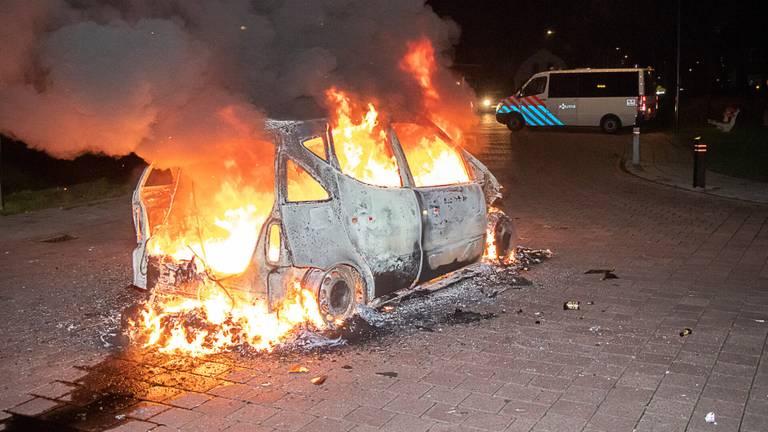 De brandende auto (foto: Jurgen Versteeg / SQ Vision).