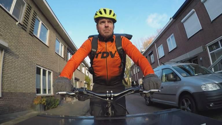 Een fietskoerier aan het werk (foto: Omroep Brabant).