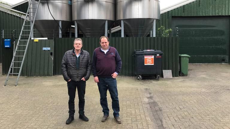 Ex-nertsenhouders Huub Kuijpers en Martijn Pijnenburg voor een lege nertsenstal (foto: Alice van der Plas).