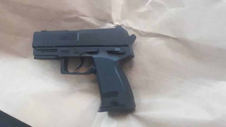 De man richtte dit nepwapen op de kinderen en vaders (foto: Politie).
