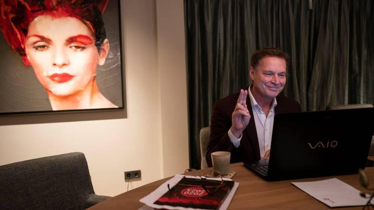 Albert Verlinde wordt thuis geinstalleerd als gemeenteraadslid in Vught voor de VVD (foto: Jeroen Jumelet/ANP).