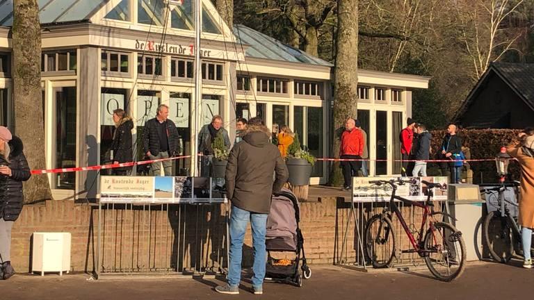Wandelaars halen koffie bij de Rustende Jager in Biezenmortel.