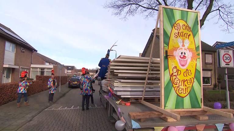 De deuren werden rondgebracht op een platte kar (foto: Omroep Brabant).