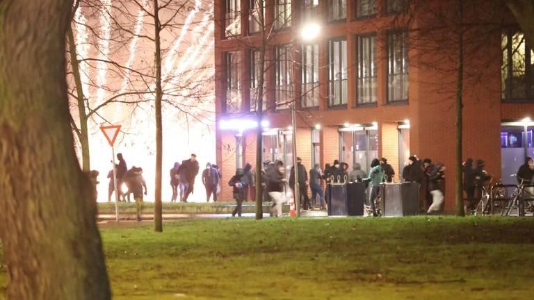 Grote groepen jongeren trokken door de straten (foto: Omroep Brabant).
