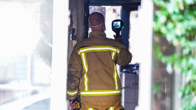 Een speciaal team van de politie doet onderzoek naar de brand (foto: Dave Hendriks/SQ Vision).