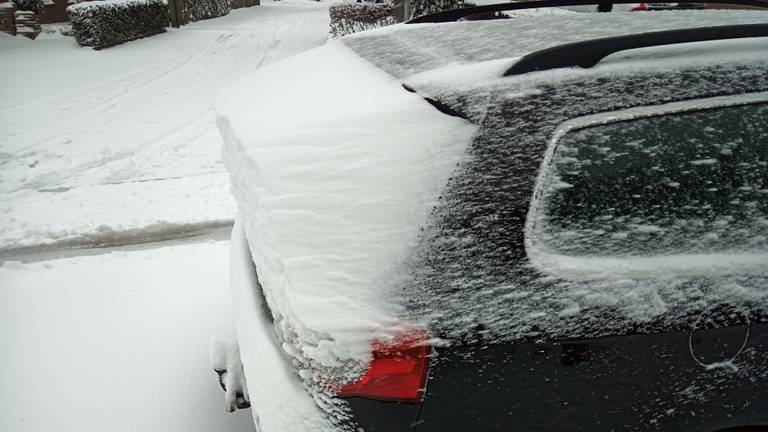 Sneeuw op daken en ruiten zijn gevaarlijk en kan een boete van 240 euro opleveren (foto: Wouter Dortmans).