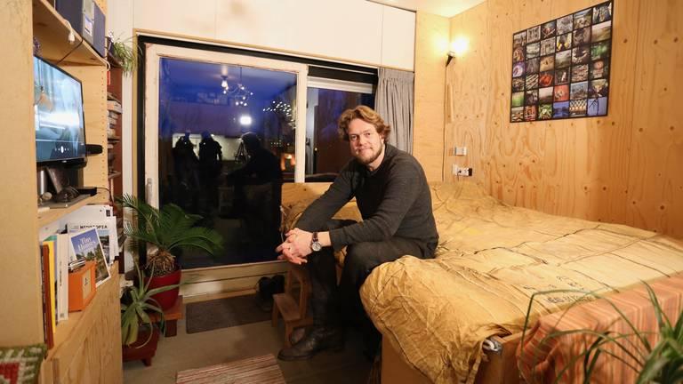 Zijn tiny house met het bed uitgeklapt (foto: Lobke Kapteijns).