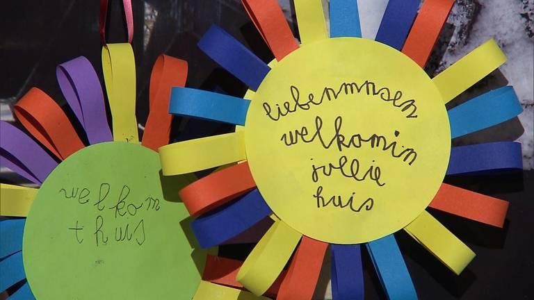 Kinderen maakten tekeningen om de bewoners een welkom thuis te wensen (foto: Omroep Brabant).
