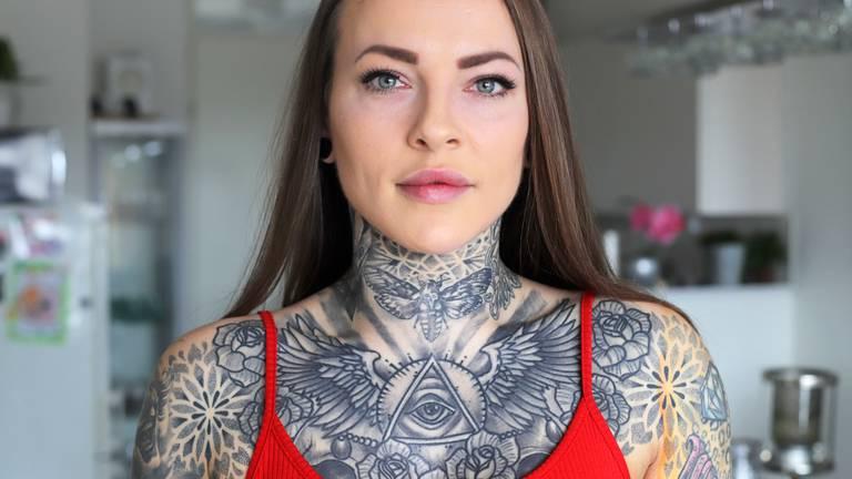 Ook Renata's nek is getatoeëerd (foto: Karin Kamp).