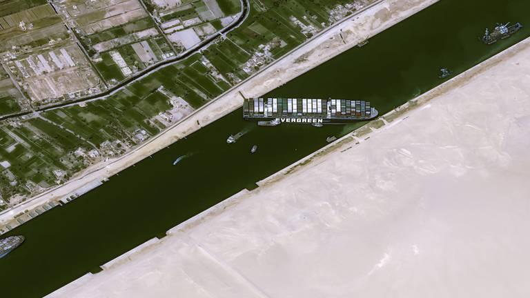 Andere schepen kunnen er niet meer door (foto: AFP).