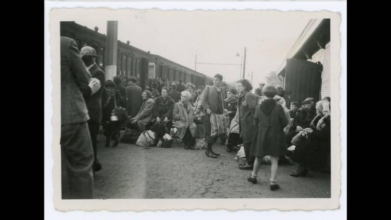 Perron Vught 23 mei 1943: 1253 Joden staan klaar om naar Westerbork te vertrekken. Vijf dagen later worden zij vermoord in Sobibór (foto: collectie Nationaal Monument Kamp Vught).
