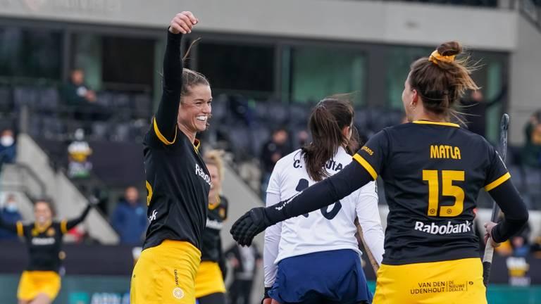 Lidewij Welten en Frederique Matla blij na de eerste treffer in de finale (foto: OrangePictures).