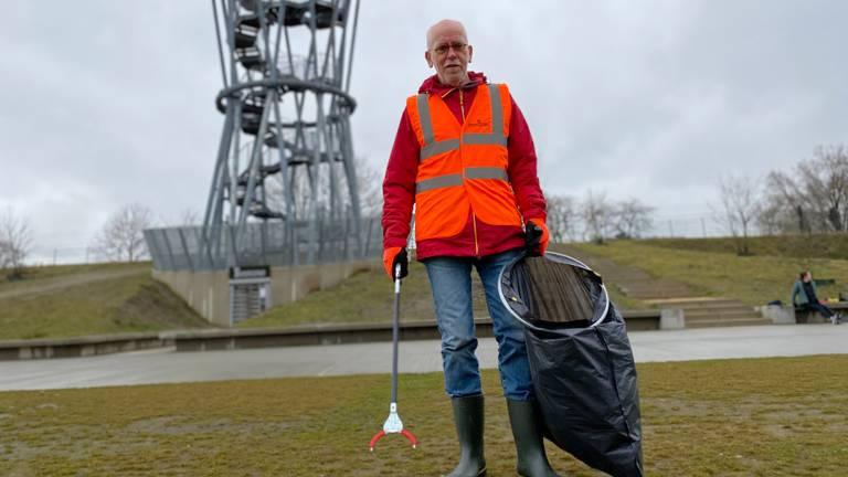 Emile Joosten met zijn grijper en vuilniszak in het Tilburgse Spoorpark (foto: Jan Peels)