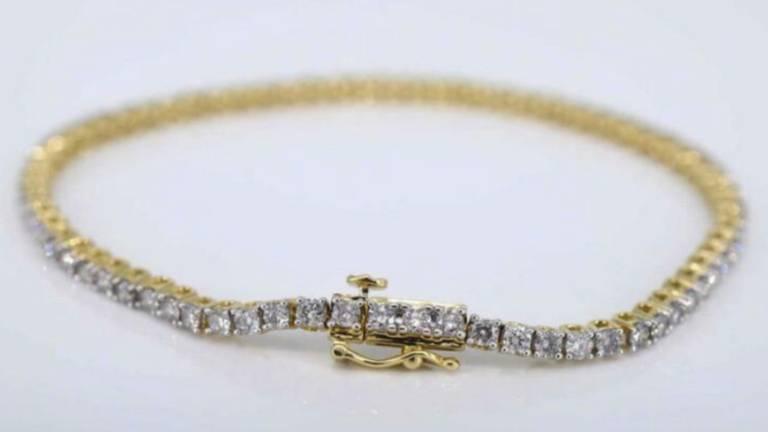 De gestolen armband die Manon droeg bij haar huwelijk (foto: Manon de Jong).