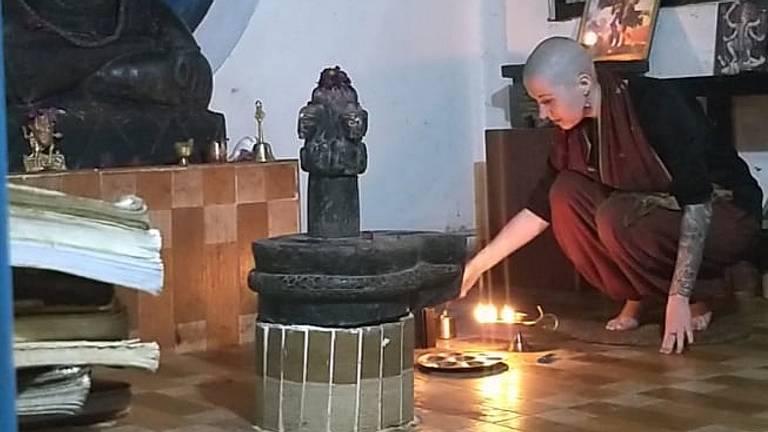 Tijdens een Aarti Ceremonie