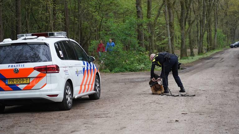 Met politiehonden werd naar de daders gezocht (foto: SQ Vision).