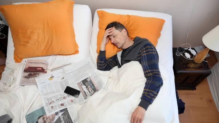 Ziek in bed (foto: ANP 2021/Stijn Rademaker).