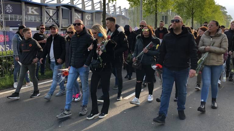 Honderden mensen lopen in een stille tocht (foto: Omroep Brabant).