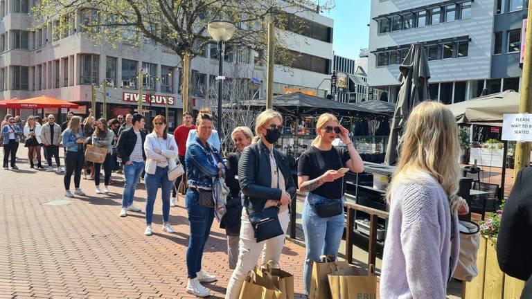 In de rij voor een plekje op het terras in Eindhoven (foto: Noël van Hooft)