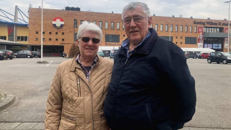Gerrie (72) en Mari Rommen (74) uit Tilburg zijn blij met hun 'knuffelprik' (foto: Joris van Duin).
