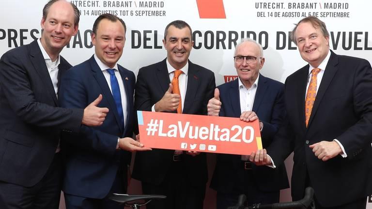 Wethouder Daan Quaars van Breda (links) en wethouder Huib van Olden van Den Bosch (rechts) tijdens de presentatie van La Vuelta 2020 in Madrid (foto: © Photogomez Sport).