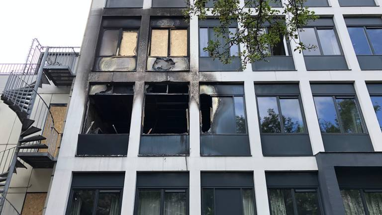 Zwartgeblakerde ramen herinneren aan de brand van zaterdag