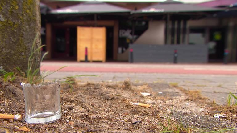 Op het plein zijn nog diverse stukken glas te zien (foto: Omroep Brabant).