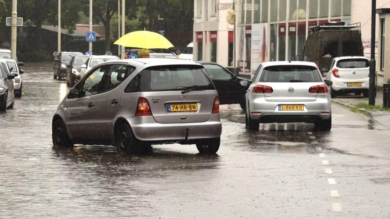 Veel regen in de Bredase Heuvelstraat (foto: Perry Roovers/SQ Vision)