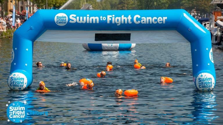 Een eerdere editie van Swim to Fight Cancer (foto: Swim to Fight Cancer Tilburg).