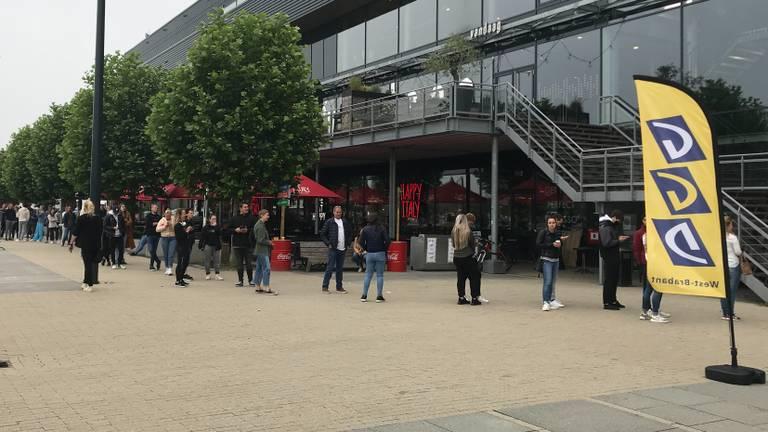 Drukte bij het testen voor toegang in Breda (foto: Raymond Merkx).