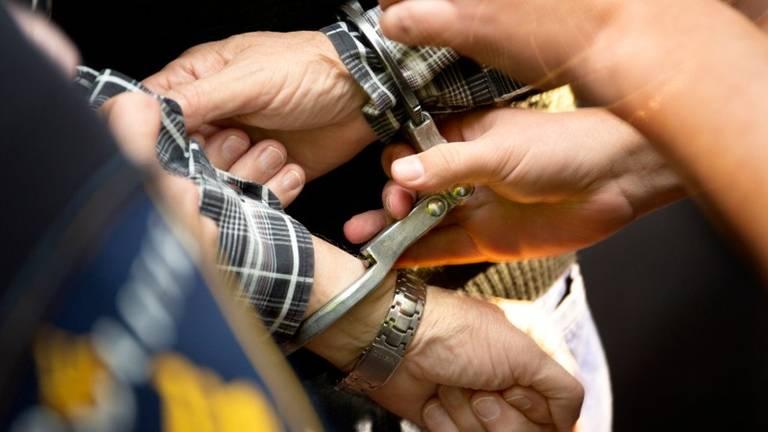 De man werd in de boeien geslagen (foto: politie).