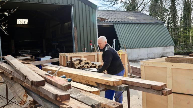 Het hout uit de stallen kan op een andere boerderij hergebruikt worden (foto: Lobke Kapteijns).