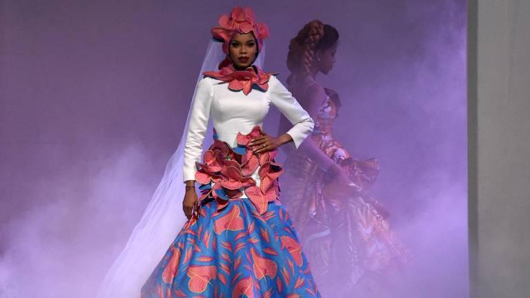 Een model met stoffen van Vlisco op een modeshow in Abidjan (foto: AFP).