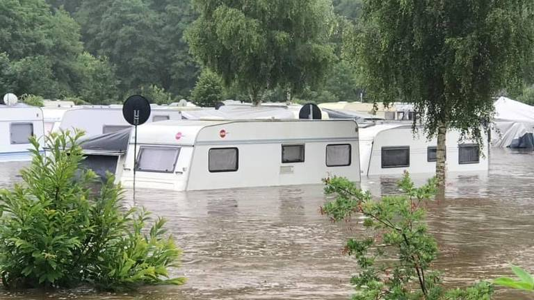 Babette schrok zich rot toen ze de foto's van de overstroomde camping binnenkreeg.