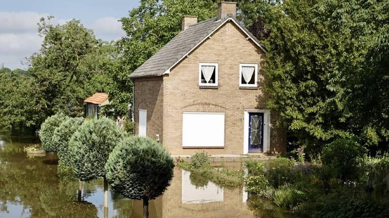 Nog een paar centimeter en dan staat het Maaswater in deze woning in Maashees. (Foto:Rob van Kaathoven)