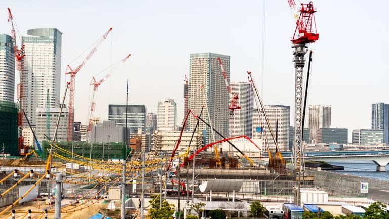 Het olympisch dorp in Tokio in aanbouw (foto: ANP 2021/Paul Raats).