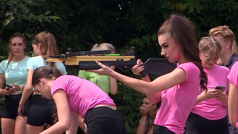 Het kruisboogschieten ging de Brabantse Miss Teen-kandidate Nikki aardig af.