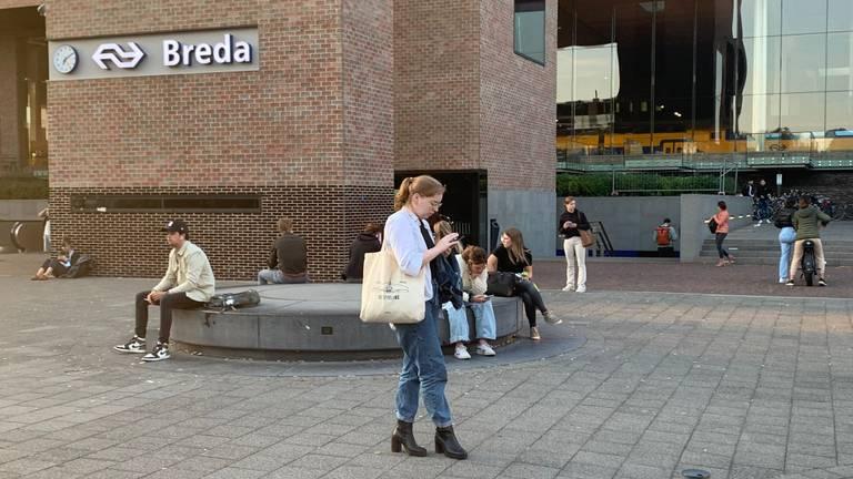 Reizigers wachten op station Breda. (foto: Eva de Schipper).