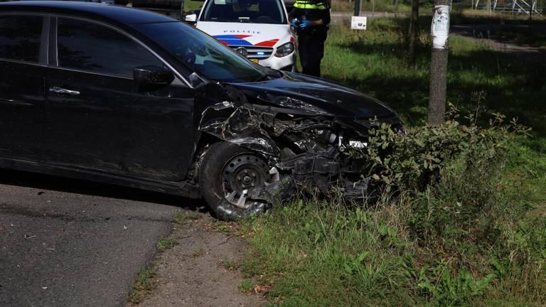 De auto reed tegen een boom (foto: Kevin Kanters/SQ Vision).