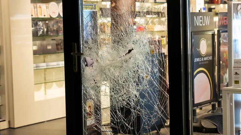Inbrekers wilden naar binnen bij de parfumerie in Heesch (foto: Gabor Heeres/SQ Vision)