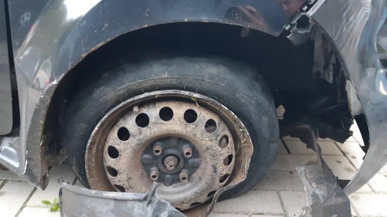 De schade aan de auto (foto: politie).