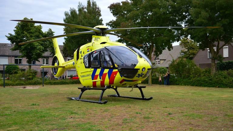 Een traumahelikopter landde op het veldje voor het huis om hulp te verlenen (foto: Walter van Bussel/SQ Vision).