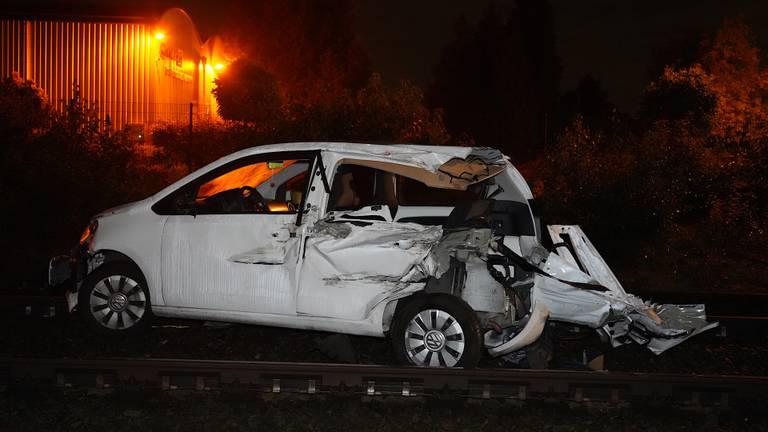 De auto is zwaar beschadigd na de aanrijding op de spoorwegovergang in Rijen (foto: Jeroen Stuve/SQ Vision).