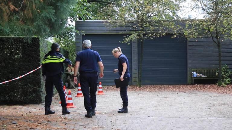 Twee gemaskerde en gewapende daders hebben donderdagochtend een ouder echtpaar in hun huis aan de Scheepstal in het buitengebied van Helmond overvallen.