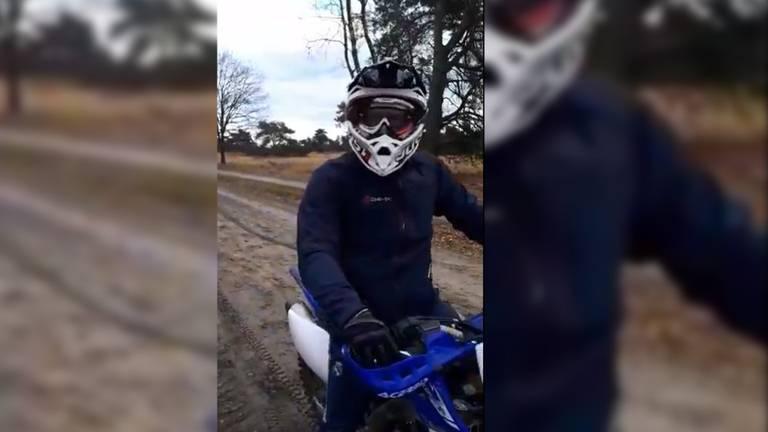 Motorcrosser slaat telefoon uit handen van filmende Frans