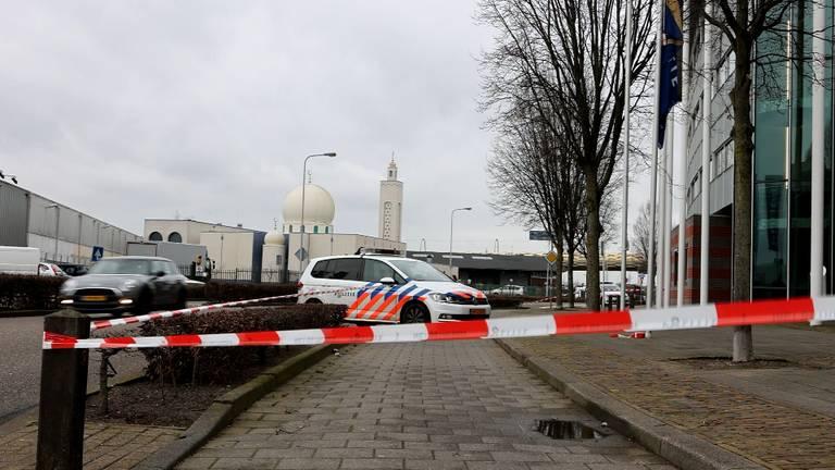 Politie schiet iemand neer bij politiebureau in Den Bosch