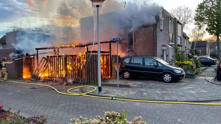 Brand verwoest schuur bij huis in Helmond