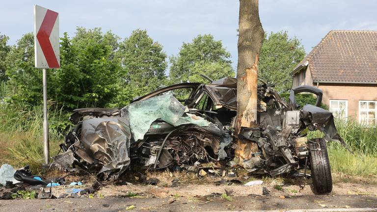 Man (36) overleden na zware crash tegen boom in Vinkel