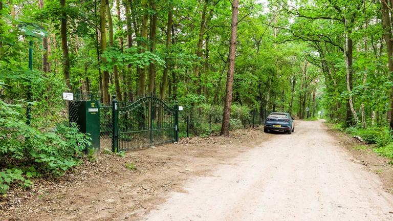 Het hek voor het huis waar de man werd gevonden (foto: Dave Hendriks/SQ Vision).