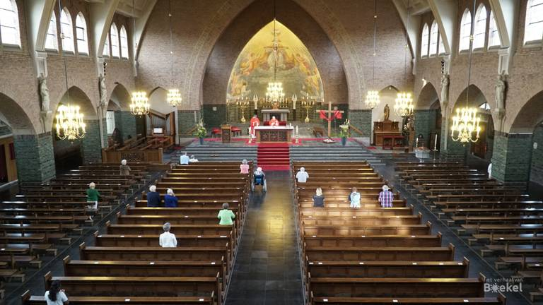 De eerste mis sinds de corona-uitbraak in de kerk van Boekel. (foto: Jos Verkuijlen)